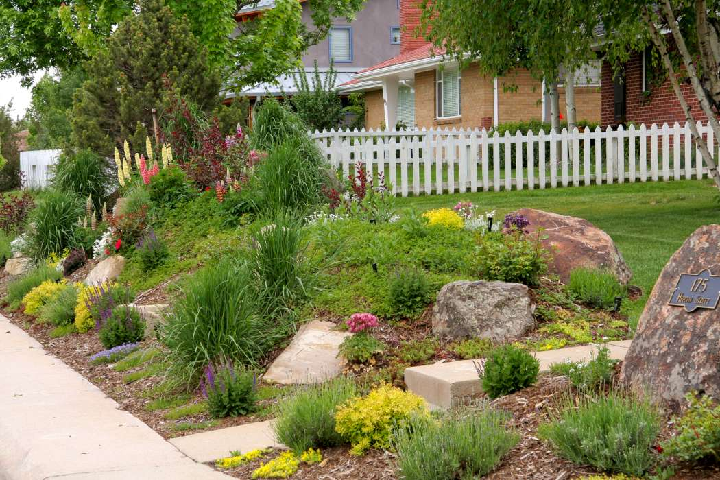 Landscaping corner lot landscaping ideas pictures for Corner house garden designs